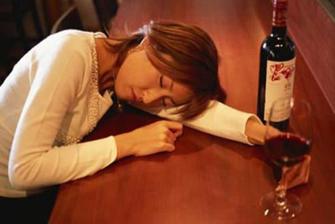 Mơ thấy uống rượu